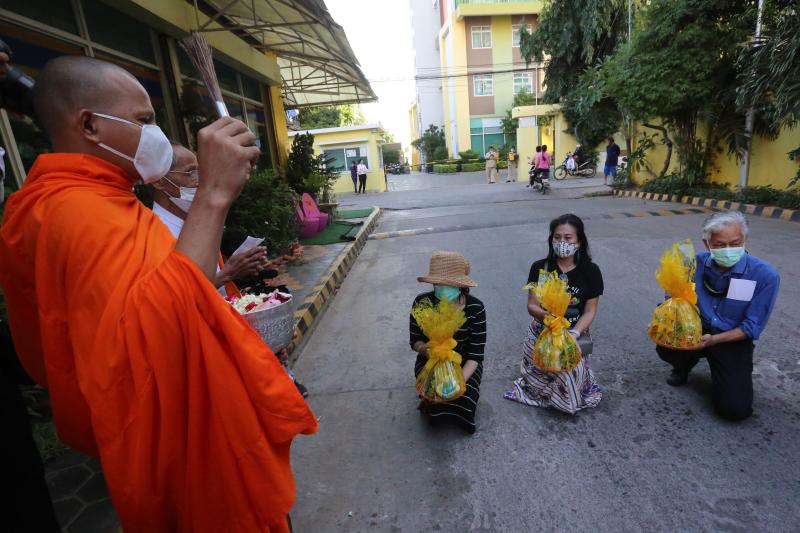 FILE PHOTO: Sitanan, (centre) sister of missing self-exiled Thai activist Wanchalearm Satsaksit, prays during a Buddhist ceremony at the site of his disappearance in Phnom Penh on December 4, 2020, six months after his alleged kidnapping. (AFP)