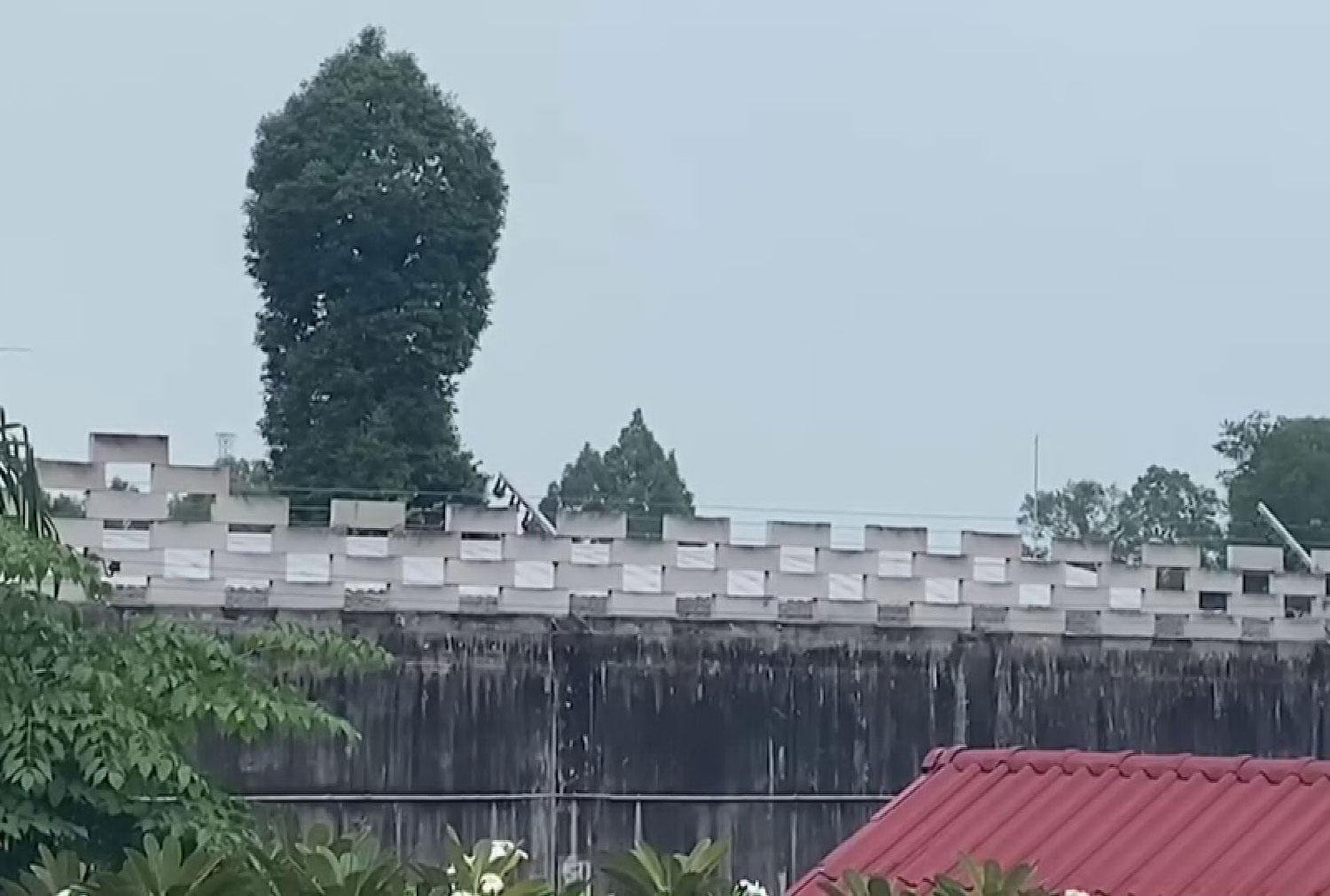 The wall around the Nakhon Si Thammarat Correctional Institution for Young Offenders, where a new cluster of Covid-19 disease has been found. (Photo: Nujaree Rakrun)