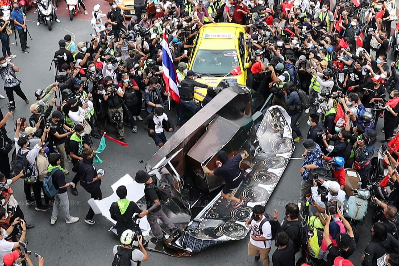 Car mob rallies against tanks, troops and Prayut