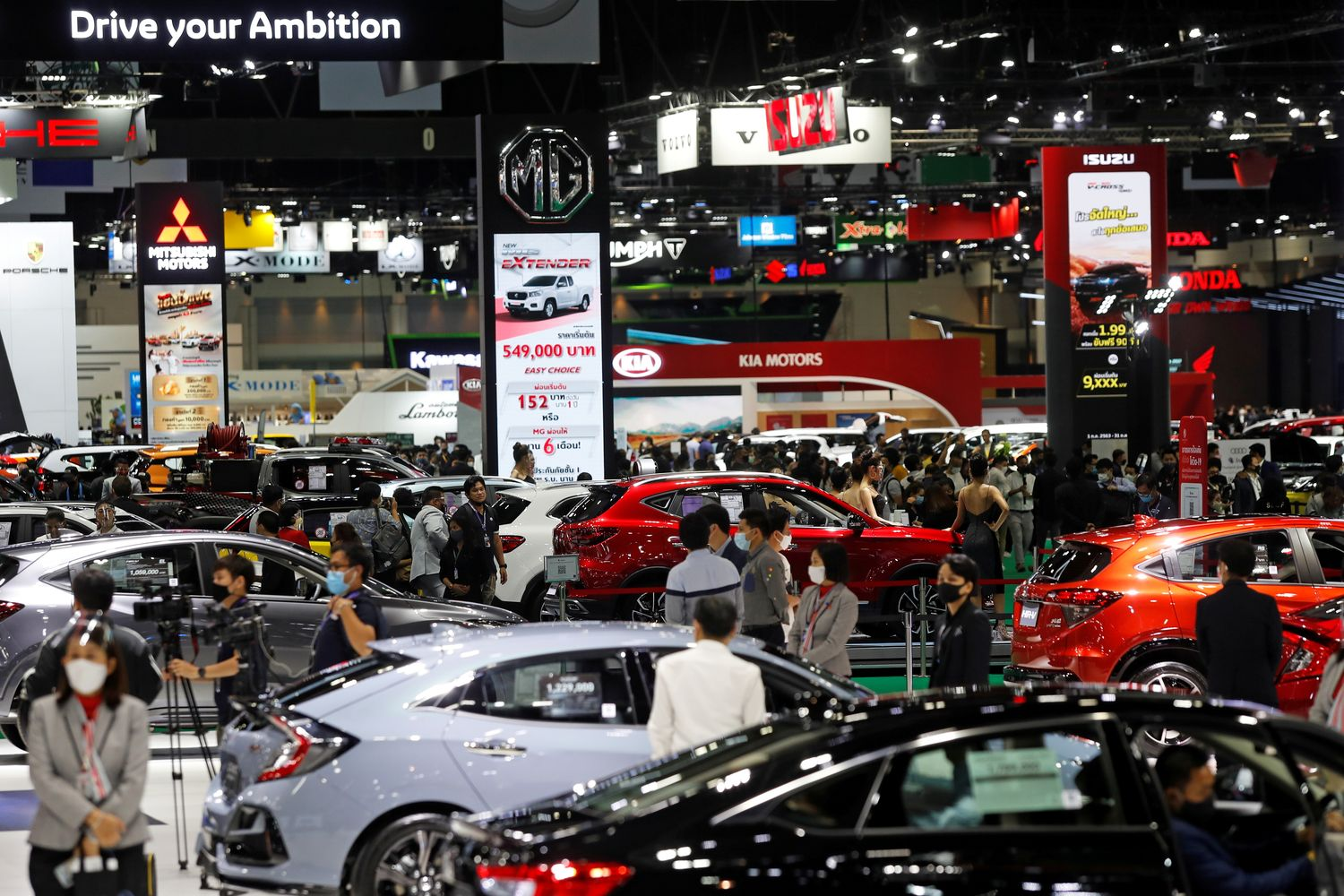Car sales slump to 15-month low in August