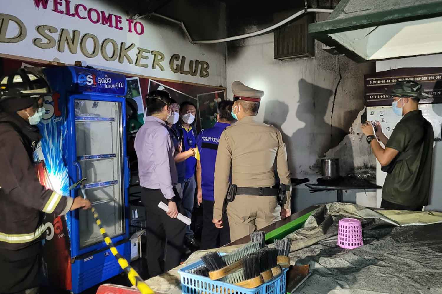 Police at the scene after the fire was put out in the disused snooker club in the basement of a quarantine hotel on King Kaew Road in Bangphli district, Samut Prakan, on Wednesday night. (Photo: Sutthiwit Chayutworakan)