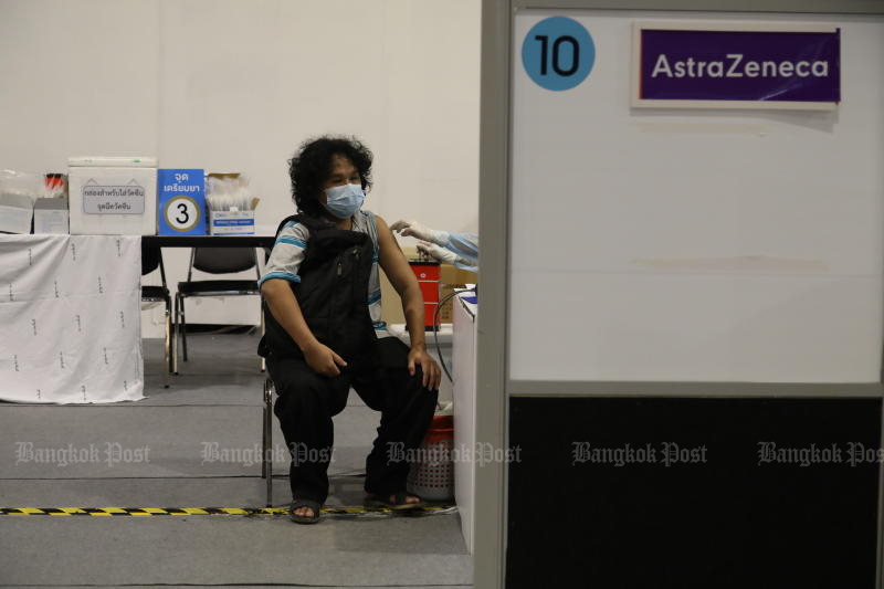 A man receives his second dose of Covid-19 vaccine at Central Plaza in Lat Phrao on Tuesday. (Photo: Arnun Chonmahatrakool)