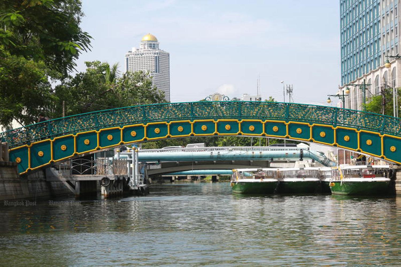 A decorative bridge crosses Klong Phadung Krung Kasem near Hua Lamphong railway station.(Photo: Somchai Poomlard)