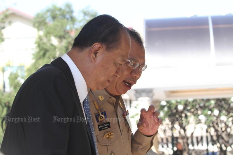 Then-Phayao governor Narongsak Osottanakorn talks to Interior Minister Gen Anupong Paojinda at Government House on Dec 11, 2018. (Photo: Apichart Jinakul)