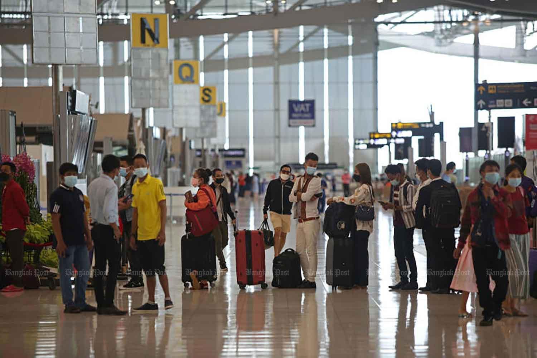 Travelers check in at Suvarnabhumi airport in Samut Prakan province on Sept 22. (Photo: Varuth Hirunyatheb)