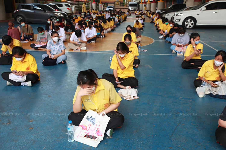 Students wait to get Covid-19 vaccines at Watsongtham School in Phra Pradaeng district of Samut Prakan on Tuesday. (Photo: Somchai Poomlard)