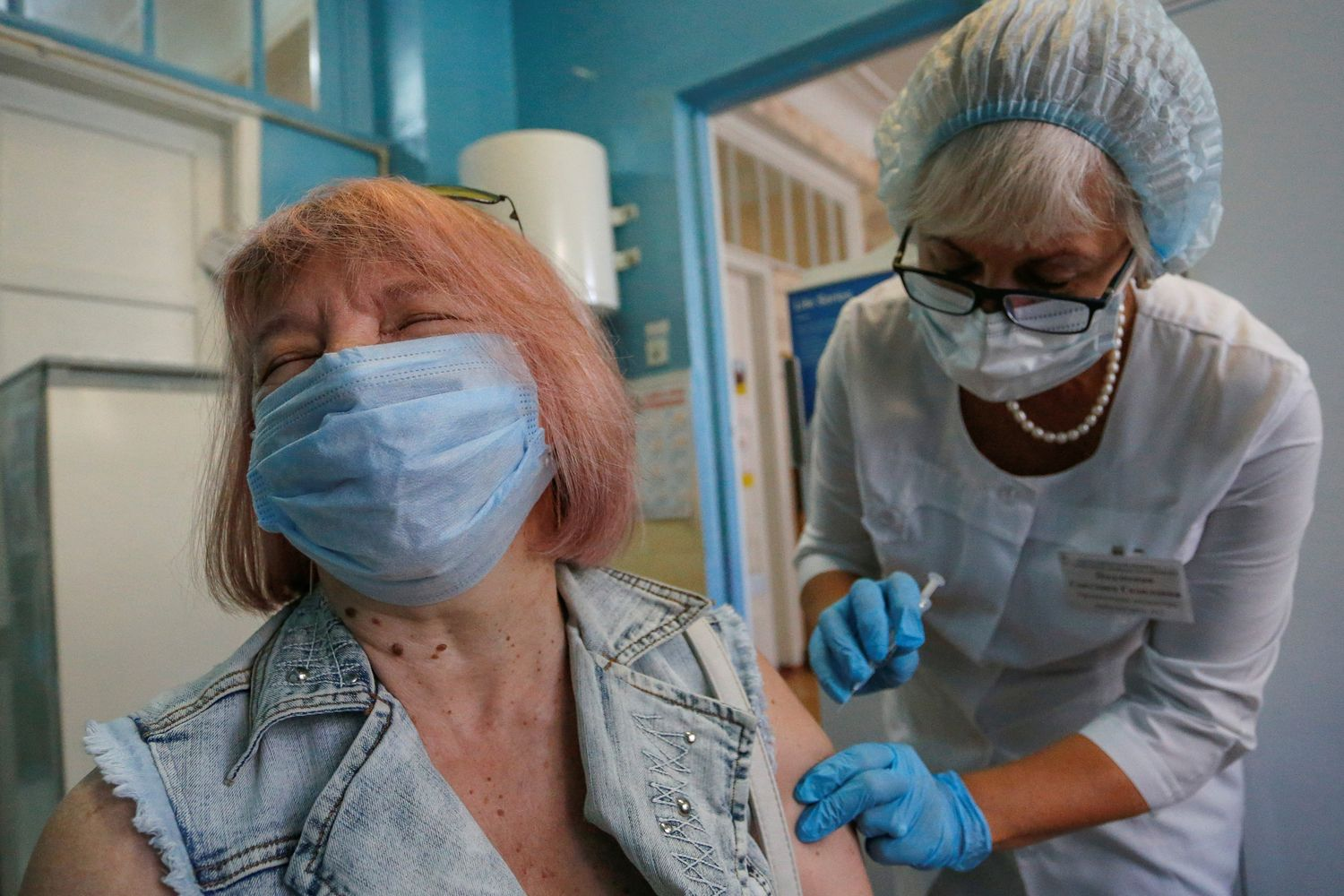 A woman is injected with Sputnik Light vaccine against the coronavirus disease at a local hospital in the rebel-controlled city of Donetsk, Ukraine, on Aug 2 this year. (Reuters photo)