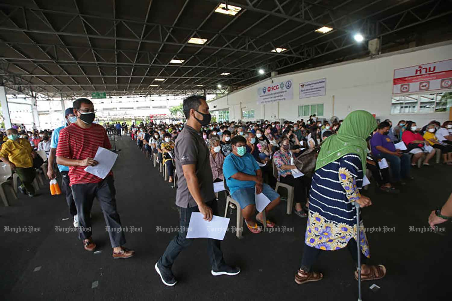People visit the SCG Centre in Bangkok to receive a vaccine shot. Some 900 doses were offered there on a walk-in basis on Wednesday to commemorate His Majesty King Bhumibol Adulyadej The Great's passing five years ago. (Photo: Varuth Hirunyatheb)