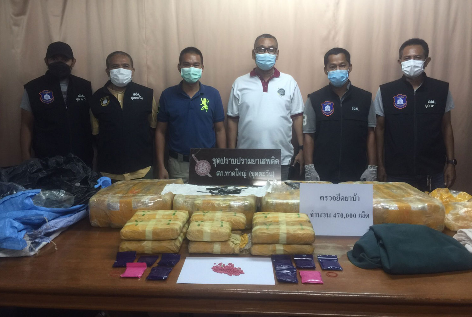 Police display packages containing 470,000 meth pills found in three sacks on the side of a road in Hat Yai, Songkhla, on Wednesday night. (Photo: Assawin Pakkawan)