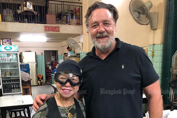 Russell Crowe enjoys Jay Fai's food