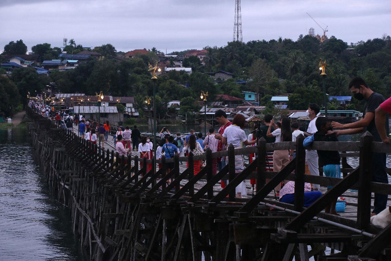 Long-weekend crowds throng Sangkhla Buri