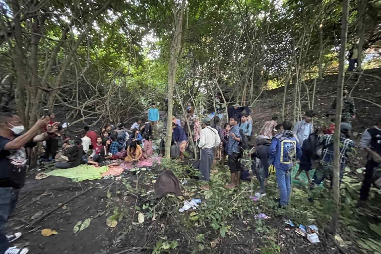 Hundreds of job seekers crossing border into Sai Yok