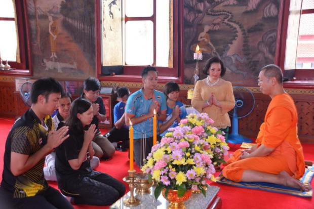 Thai badminton chief Patama Leeswadtrakul, second right, and her players visit a monk. PR