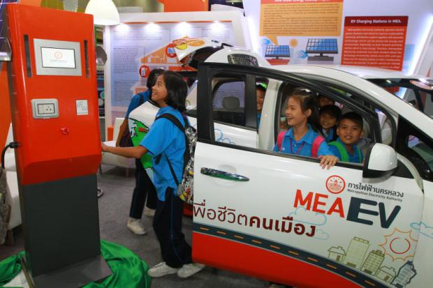 Children check out an electric vehicle (EV) on display at the recent Eco-Products International Fair at Bitec. A Chinese company is keen to make electric buses in Thailand for export throughout the region. (Photo by Somchai Poomlard)