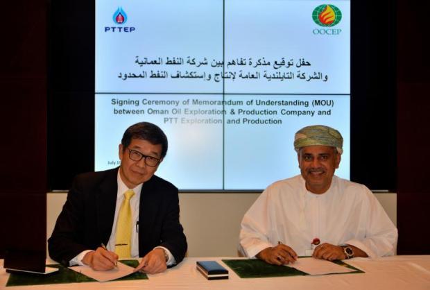 Somporn Vongvuthipornchai (left) and Isam Bin Saud Al Zadjali at the MoU signing.