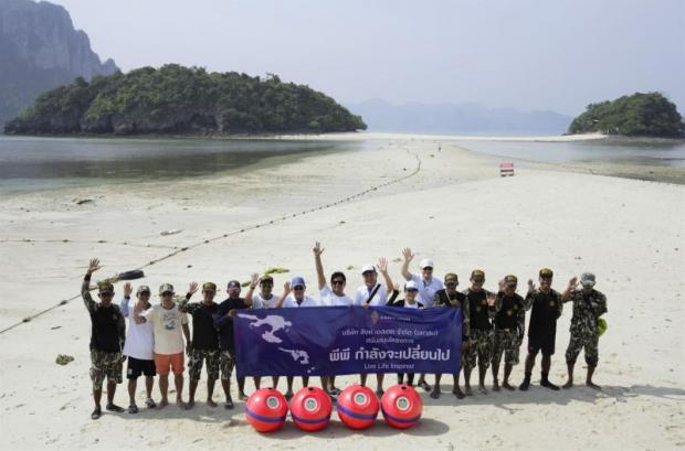 The Phi Phi Model, a conservation and tourism management plan, has been introduced to create sustainable tourism on Phi Phi islands, one of Thailand's most visited tourist sites. Photo shows an alliance of supporters who visited the site last month. Singha Estate, partner, donated boats and buoys for national park staffs to control boats and protect coral sites. (Photos courtesy of Singha Estate Pcl unless noted)