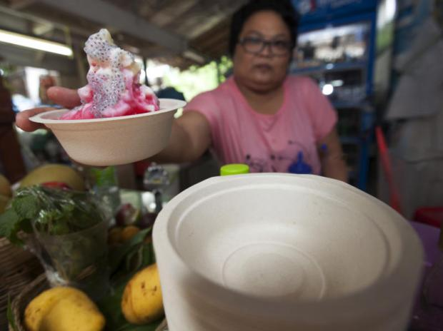 A number of food vendors in Phasi Charoen district have replaced styrofoam food containers for recycled ones, to be environmentally friendly and out of concern for people's health.(Photos by Pawat Laopaisarntaksin)