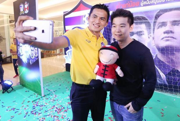 Mr Itthipat (right) takes a selfie with football team manager Kiatisuk
