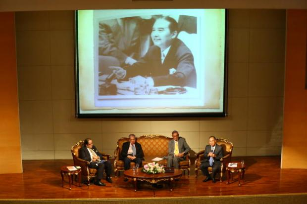 Veteran diplomats, including former foreign ministers Tej Bunnag (second right) and Kasit Piromya (right) talk about the legacy of Prince Wan Waithayakorn.