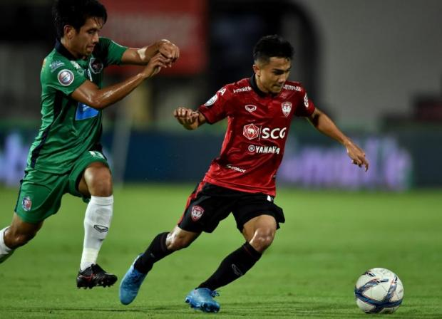 SCG Muang Thong's Chanathip Songkrasin, right, in action against Port in the League Cup.