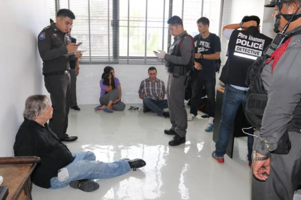 Police take notes while questioning five detainees who were arrested during a raid on an alleged passport forgery and drug trafficking ring. Police also found passports featuring the suspects' pictures with different names and nationalities.(Tourism police photos)