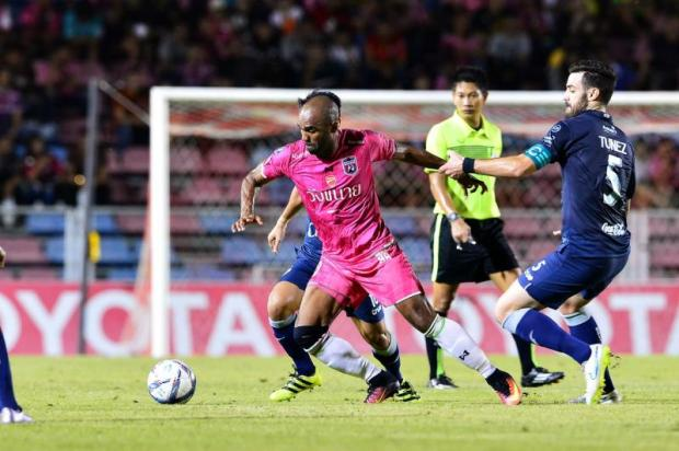 Chainat's Florent Sinama Pongolle, left, vies with Buriram's Andres Tunez in a Thai League match.