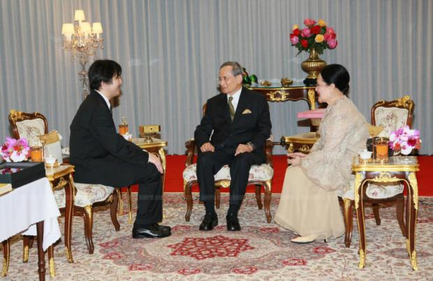 Their Majesties the King and Queen talk with His Imperial Highness Prince Akishino of Japan at Siriraj Hospital during the prince's visit to Thailand in March 2011. (Photo courtesy of the Royal Household Bureau)