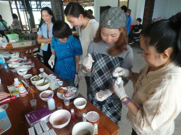 A cooking class is held by Chiang Rai Green Network to familiarise members with recipes using organically grown produce.