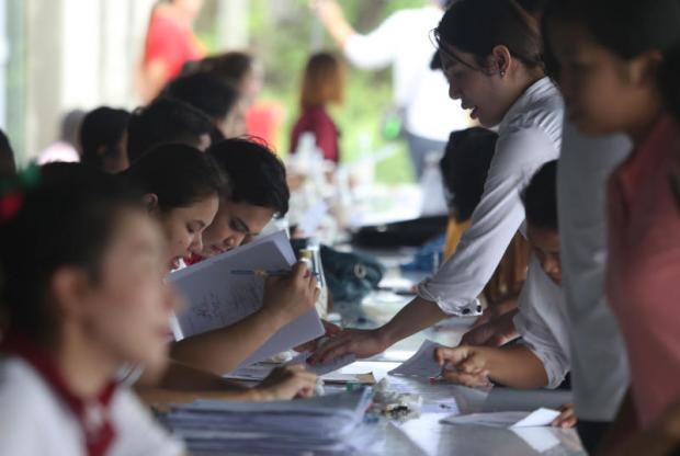 Job seekers file their applications at an industrial estate in Bangkok. The majority of Thai university graduates are still shunned by private companies and employers. JIRAPORN KUHAKAN