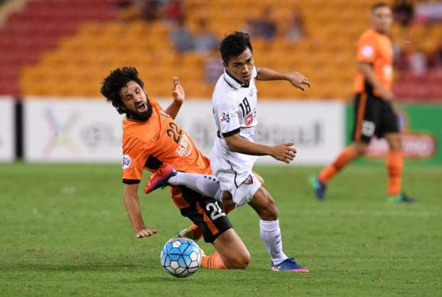 Muang Thong's Chanathip Songkrasin, right, vies with Brisbane Roar's Thomas Broich. epa DAVE HUNT