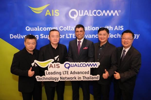 AIS chief technology officer Kriengsak Wanichnatee (second left) and Mantosh Malhotra (centre), head of Southeast Asia and the Pacific at Qualcomm, celebrate an agreement on wireless broadband.