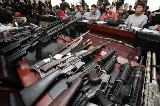 Multiple firearms, including BB guns, are displayed at the Crime Suppression Division as nine suspects linked to hardcore red-shirt leader Wuthipong Kochathamakun, alias Kotee, were handed over by army officers to police on Friday. (Photo and video by Apichit Jinakul)