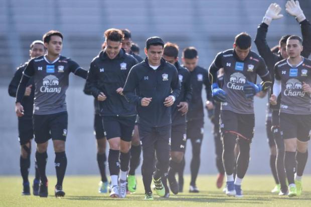 Thailand coach Kiatisak Senamuang (centre) trains with his players in Saitama on Saturday.