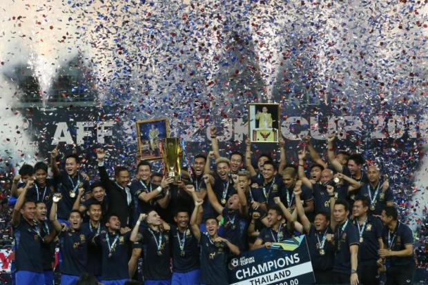 Thai players and officials celebrate after winning the Suzuki Cup in December. (Photo by Pattarachai Preechapanich)