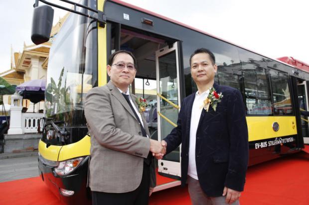 Mr Zhang with Thongsuk Janthamas, executive chairman of Wangsakankij Co. Kwaithong Motor yesterday signed a contract to sell 200 electric buses to Wangsakankij, a local suburban transit operator.