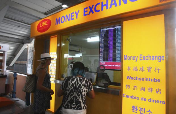 A currency exchange booth in Bangkok. The baht has risen higher than its regional peers, igniting concerns among the business community.(Photo by Taweechai Tawatparkorn)