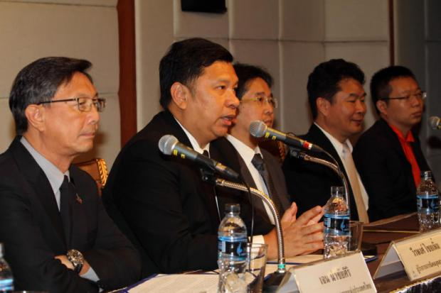 FTI chairman Chen Namchaisiri (left) and governor of Industrial Estate Authority of Thailand Verapong Chaiperm (second from left) at an MoU signing ceremony for setting up the new S-curve industrial estate.APICHART JINAKUL