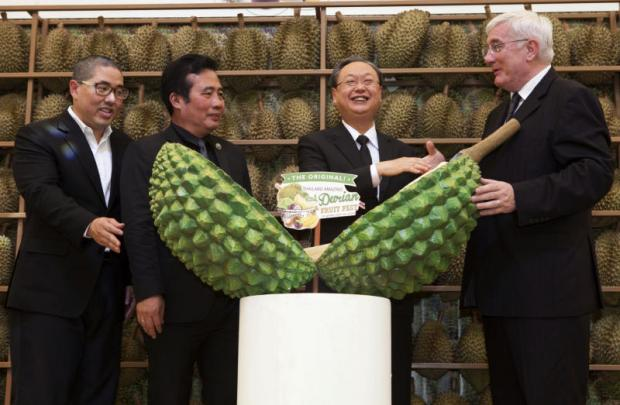 Deputy Commerce Minister Sonthirat Sonthijirawong (2nd right) and Pascal Billaud, chief executive of CFR, at Thailand Amazing Durian & Fruit Fest 2017.PAWAT LAOPAISARNTAKSIN