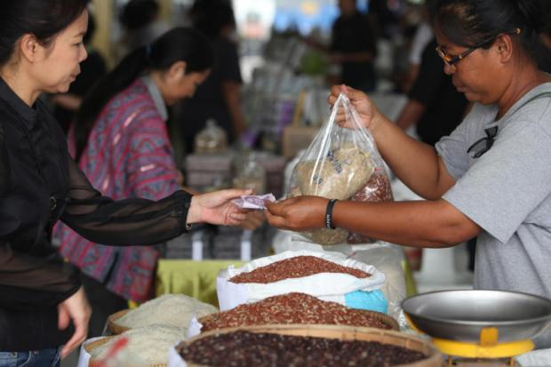 People buy rice at Or Tor Kor Market in Bangkok, a venue where farmers can sell their rice directly to customers.WICHAN CHAROENKIATPAKUL