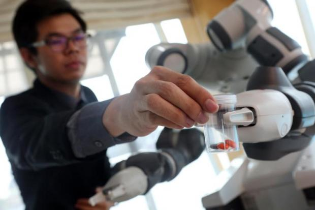A man shows how to use robotics to dispense drugs. Siriraj hospital will roll out its first robotic medicine distribution system early next year.PATTARACHAI PREECHAPANICH