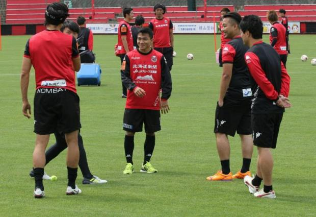 Chanathip Songkrasin, centre, takes part in a training session at Consadole Sapporo yesterday.
