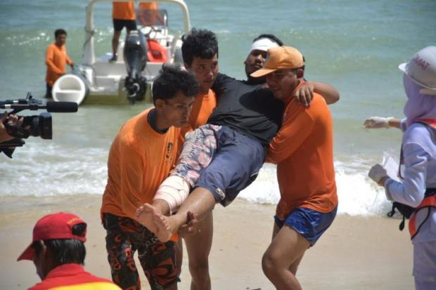 Rescue team demonstrate procedures to assist wounded tourists at a safety demonstration held in Phuket recently.