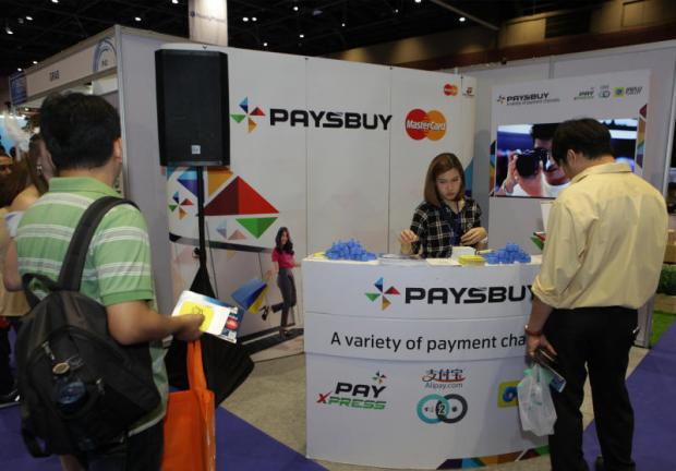 People pay their bills at a Paysbuy booth. (Photo by Tawatchai Kemgumnerd)