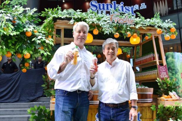 David Bolton Director – Global Licensing, Sunkist Growers Inc (left) and Apirak Kosayodhin  Chairman & CEO, V Foods Corporation Co