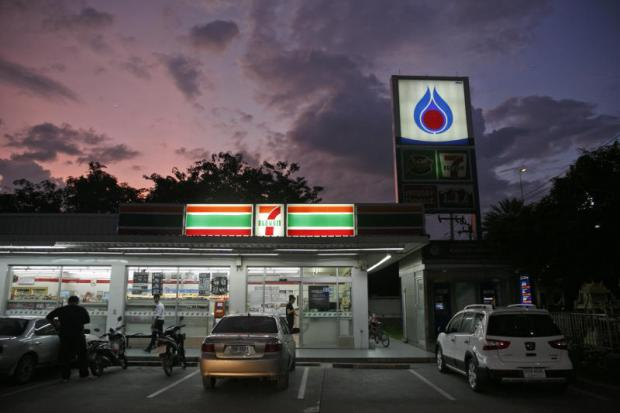 PTT's licence to operate 7-Eleven convenience stores at its petrol stations will expire in 2023.(Photo by SEKSAN ROJJANAMETAKUN)