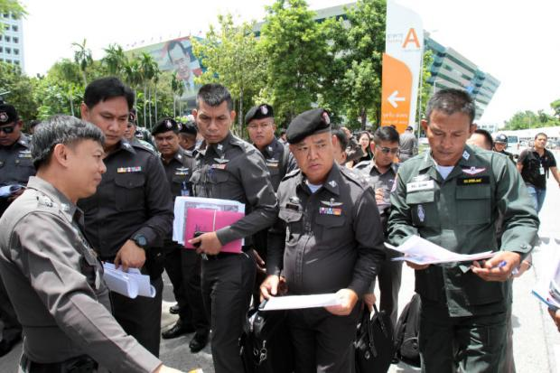 City police officers check the premises of the Supreme Court's Criminal Division for Holders of Political Positions.(Photo and video by Thawatchai Khemkamnerd