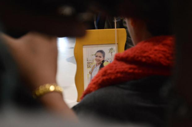 Mother Patcharee Punthong looks at the photo of daughter Ploynarin Palipol, who was murdered on May 21, 2014. PHOTO: Worrapon Phayakum