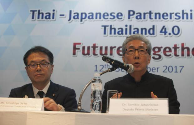 Mr Somkid and Hiroshige Seko, Japan's minister of economy, trade and industry, at yesterday's seminar. Mr Somkid called for Japanese support in developing an east-west rail link.PAWAT LAOPAISARNTAKSIN