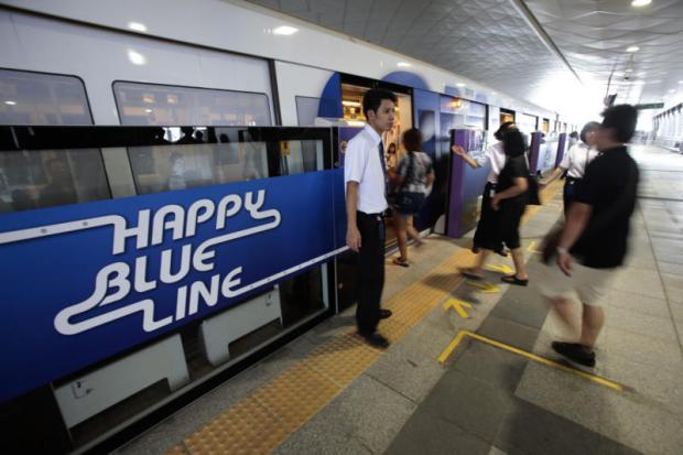 Commuters board a Blue Line train at the Purple Line's Tao Poon station. The link between the two lines has boosted the number of Purple Line passengers.PAWAT LAOPAISARNTAKSIN