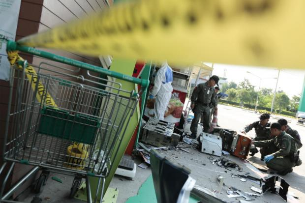 Police examine the ATM in Soi Krungthep Kreetha 35 in Saphan Sung district hit by a bomb on Sept 13.(Photo by Patipat Janthong)